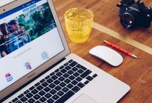 Ecran d'ordinateur montrant des publicités facebook