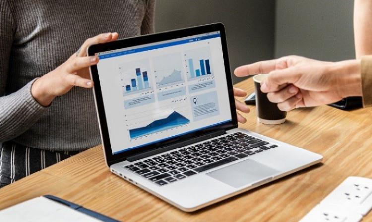 ecran d'ordinateur montrant les graphiques d'outils de suivi du marketing de contenu