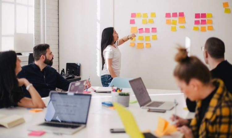 Personnes en réunion utilisant un content hub