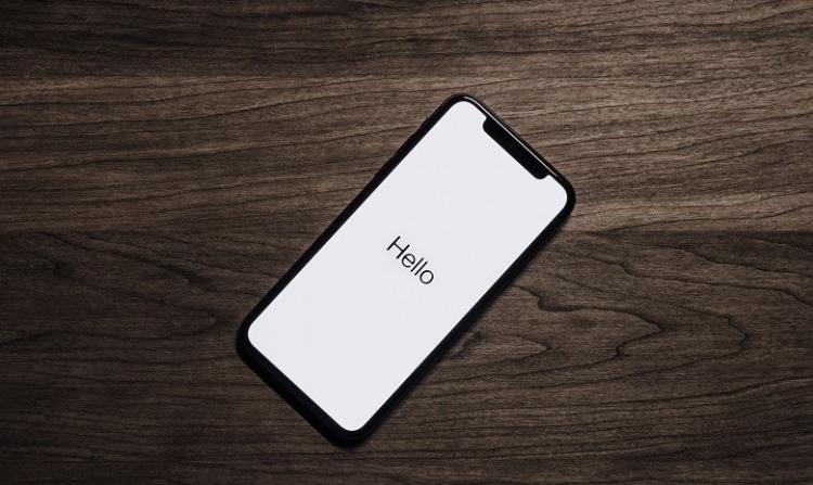 téléphone portable activant la recherche vocale