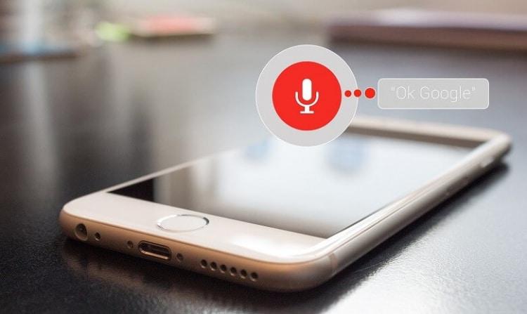 téléphone mobile utilisant la recherche vocale